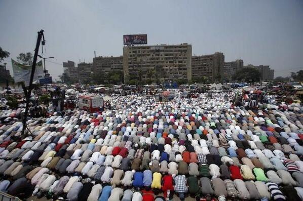 Pendukung Pro-Mursi & Anti Kudeta sedang melakukan sholat berjamaan